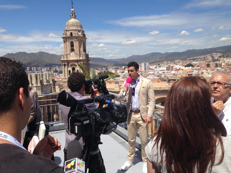 Mario Casas atendiendo a la prensa