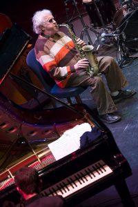 Málaga (España) 08/11/2016 El mítico saxofonista estadounidense Lee Konitz recibe el premio 'Cifu' en el Teatro Cervantes, con el que el XXX Festival Internacional de Jazz de Málaga reconoce su prolífica trayectoria y a la vez homenajea a un divulgador musical no menos influyente. La viuda de Juan Claudio Cifuentes, Isabel Zaro, entrega a Konitz este galardón honorífico momentos del concierto que ha ofrecido en formato cuarteto con Marco Mezquida al piano, Bori Albero al contrabajo y de nuevo Ramón Prats a los tambores. Foto: Daniel Pérez / Teatro Cervantes