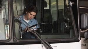 Paterson (Adam Driver) fährt Bus